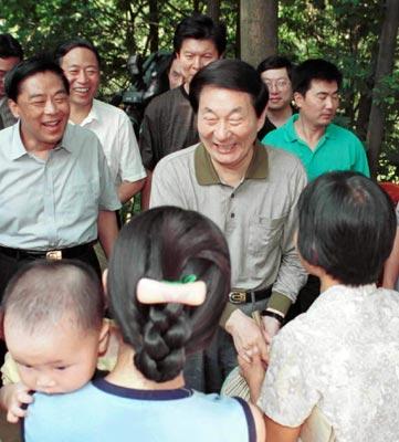 中共中央政治局常委,国务院总理朱镕基在安徽考察工作.            图为朱镕基总理在安徽省庐江县新渡乡考察工作时,和农民亲切交谈.