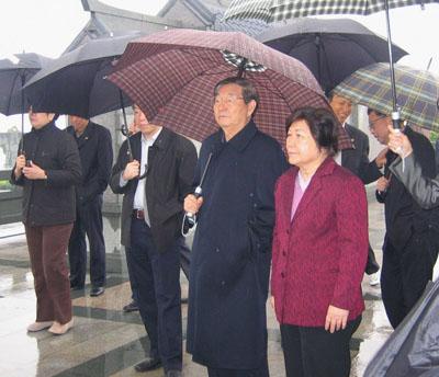 退休后的朱镕基到林则徐纪念馆参观